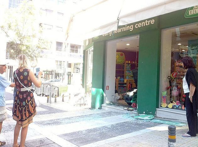 Απίστευτο! Ηλικιωμένη αντί να ξεπαρκάρει… έκανε όπισθεν και «μπούκαρε» σε κατάστημα στη Νέα Σμύρνη - Φωτογραφία 3