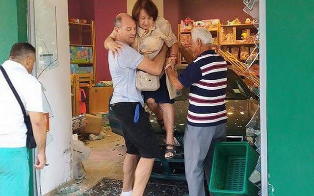Απίστευτο! Ηλικιωμένη αντί να ξεπαρκάρει… έκανε όπισθεν και «μπούκαρε» σε κατάστημα στη Νέα Σμύρνη - Φωτογραφία 4