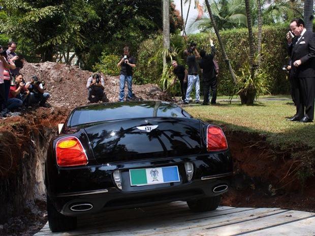 Απίστευτος τύπος! Εκατομμυριούχος έθαψε την πανάκριβη Bentley του στέλνοντας συγκλονιστικό μήνυμα! [photos] - Φωτογραφία 4