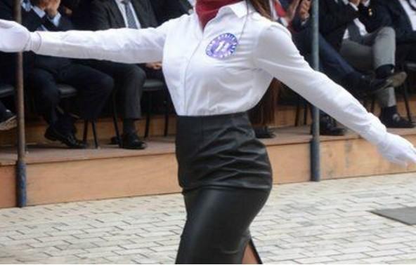 Δείτε με τι ΠΑΠΟΥΤΣΙΑ βάδισε στην παρέλαση αυτή η μαθήτρια - Λέτε να το πήρε σερί απ' τα μπουζούκια; - Φωτογραφία 1