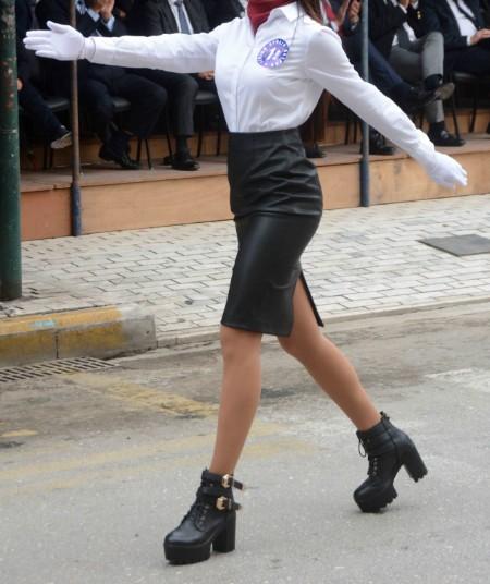 Δείτε με τι ΠΑΠΟΥΤΣΙΑ βάδισε στην παρέλαση αυτή η μαθήτρια - Λέτε να το πήρε σερί απ' τα μπουζούκια; - Φωτογραφία 2
