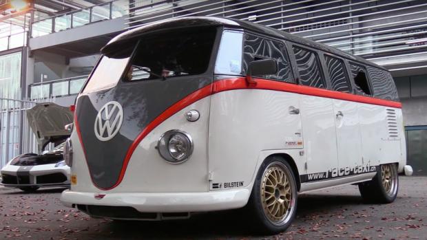 VW Transporter με μοτέρ Porsche 911 Turbo τα βάζει με supercars [video] - Φωτογραφία 1