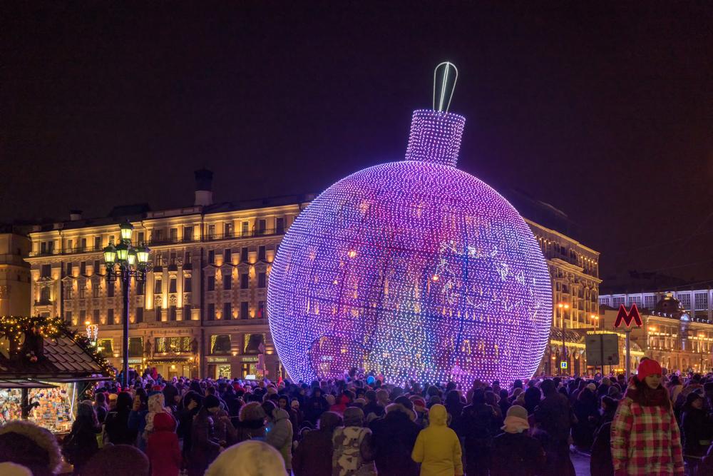 Η Μόσχα πρωτοπορεί: Αντί για δέντρο, στόλισε γιγαντιαία χριστουγεννιάτικη μπάλα - Φωτογραφία 2
