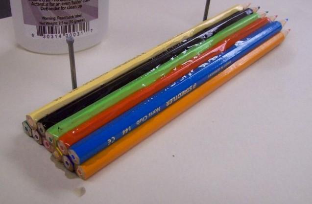 Ενώνει 12 Χρωματιστά Μολύβια και τα Κολλάει μεταξύ τους - Αυτό που φτιάχνει στη Συνέχεια είναι πράγματι Εκπληκτικό... - Φωτογραφία 1