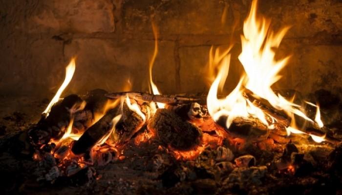 «Φωτιά» στα καύσιμα, με ξύλα και θερμαντικά σώματα ζεσταίνονται τα νοικοκυριά - Φωτογραφία 1