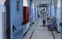 Οι ελλείψεις φέρνουν στα χέρια ασθενείς με γιατρούς και νοσηλευτές στα δημόσια νοσοκομεία