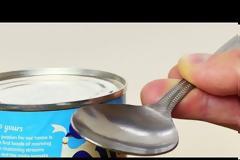 Το κόλπο με το κουτάλι για να ανοίγετε τις κονσέρβες χωρίς ανοιχτήρι [video]