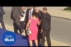 Ντίρλα ο Γιούνκερ στη Σύνοδο του ΝΑΤΟ: Δεν μπορούσε να σταθεί στα πόδια του- Τον κρατούσαν για να μην πέσει... [video]