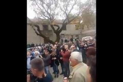 Κηδεία Κατσίφα: Πλημμύρισαν με ελληνικές σημαίες οι Βουλιαράτες