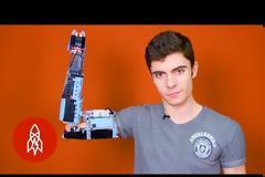 Έφηβος κατασκεύασε το προσθετικό χέρι του με τουβλάκια Lego