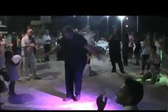 Ο ΘΑΝΑΣΗΣ ΒΑΡΟΠΟΥΛΟΣ χόρεψε ζεϊμπέκικο σε γάμο στα Πηγάδια!! - [βίντεο]