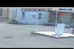 Καρέ - καρέ η στιγμή που 16χρονος Ελληνοκύπριος κατεβάζει τουρκική σημαία από δημοτικό σχολείο (video)