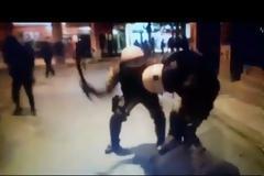 Βίντεο-ντοκουμέντο: Απίστευτο... σπριντ άνδρα των ΜΑΤ και ξυλοδαρμός διαδηλωτή
