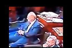 Αμερικανός γερουσιαστής δίνει εντολή σε κάτι αόρατο για να σηκωθεί από την θέση του ώστε να καθίσει ο ίδιος, όπως φαίνεται σε βίντεο - ΜΥΣΤΗΡΙΟ