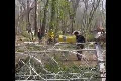 Έβρος: Επίδειξη... πολεμικών τεχνών από μετανάστη πίσω από τον φράχτη - Βίντεο
