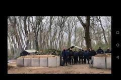 Συγκίνηση: H διμοιρία Τρικάλων απαγγέλλει τον εθνικό ύμνο από τον Έβρο (video)