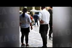 Η συμμορία με τα φυλλάδια επιτίθεται σε νεαρό - Δείτε βίντεο-ντοκουμέντο