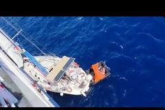 Βίντεο: Καρέ - καρέ η διάσωση ναυαγών από ιστιοπλοϊκό ανοιχτά της Καρύστου