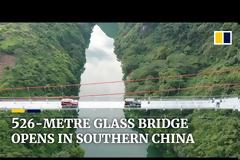 Η μεγαλύτερη γυάλινη γέφυρα στον κόσμο άνοιξε για το κοινό και οι εικόνες κόβουν την ανάσα (vid)