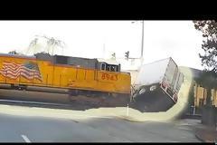 Τρομερό ατύχημα: Τρένο χτυπάει νταλίκα που σταμάτησε πάνω στις γραμμές - Βίντεο.