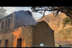 Ναυπακτία – Κρυονέρι: Κάηκε σκεπή από παλιό σταθμό του ΟΣΕ – Απειλήθηκαν σπίτια από την μεγάλη φωτιά. Εικόνες και βίντεο.