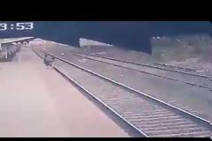 Ινδία : Σιδηροδρομικός υπάλληλος πέφτει στις ράγες για να σώσει παιδί από διερχόμενο τρένο. Βίντεο.