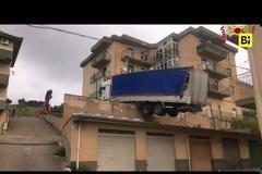 Φορτηγό κατέληξε σε ταράτσα κτιρίου (Video)