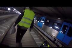 Τρυπώνει σε Αμαξοστάσια και Μετρό για να Βάψει Τρένα σε Όλο τον Κόσμο.