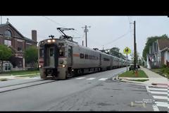 Συνύπαρξη οδικού και σιδηροδρομικού διαδρόμου: Μα γίνονται τέτοια πράγματα; Δείτε το βίντεο.