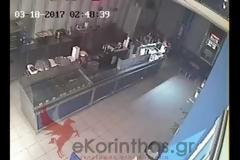 Αλλο ένα θύμα καταστηματάρχης στην Κόρινθο.- Με άνεση ο κλέφτης έσπασε τη τζαμαρία μαγαζιού