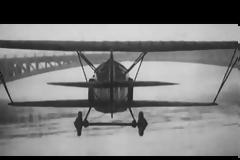 Το MIG περνάει κάτω από τη γέφυρα του ποταμού της Σιβηρίας με ταχύτητα 700 χλμ και ο Σοβιετικός πιλότος προκαλεί δέος, αλλά και την οργή των ανωτέρων του. Ποιοι θεωρούν ότι η φωτογραφία είναι σκηνοθετημένη (vid)