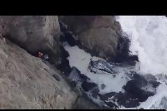 Αντέχετε να το δείτε; Έπεσε με το αυτοκίνητο σε γκρεμό 30 μέτρων και κατέληξε στη θάλασσα