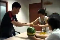 Δείτε τι θα συμβεί αν βάλεις 500 λαστιχάκια σε ένα καρπούζι [video]